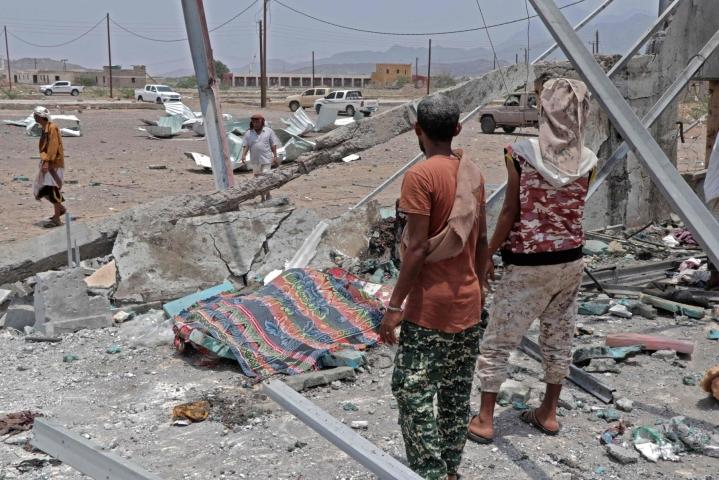 Viime kuun lopulla otetussa kuvassa näkyy tuhoja, joita koitui huthikapinallisten iskussa lentotukikohtaan, joka sijaitsee 60 kilometrin päässä Jemenin toiseksi suurimmasta kaupungista Adenista. Lehtikuva/AFP