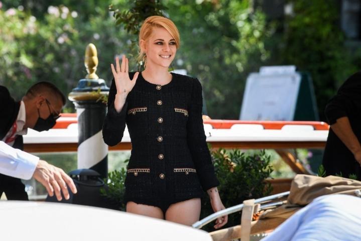 Yhdysvaltalainen näyttelijä Kristen Stewart näyttelee Diana Spenceriä elokuvassa Spencer, joka sai maailmanensi-iltansa Venetsian elokuvajuhlilla. LEHTIKUVA/AFP