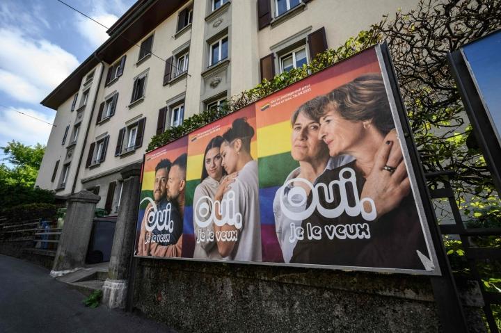 Sveitsi on maailman kolmaskymmenes maa, joka hyväksyy samaa sukupuolta olevien avioliitot. Lehtikuva/AFP