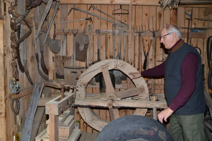 Rauno Suhosen kotimuseosta löytyy muun muassa kattava sarja turpeen nostoon ja käyttöön tarvituista välineistä terävähampaisine sammalmyllyineen.