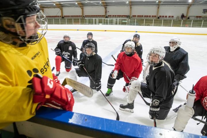 Kontiolahden Kajastuksen naisjääkiekkoilijat ovat harjoitelleet kuukauden ajan. Suurimmalla osalla pelaajista on takanaan kahden kauden mittainen tauko otteluista.