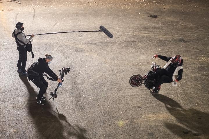 Stuntkuski Eero Syrjänen sirklaili kameran edessä ilman käsiä Outokummun Vanhalla kaivoksella.