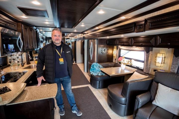Markkinointijohtaja Tuomas Salminen esitteli tapahtuman suurinta matkailuajoneuvoa.