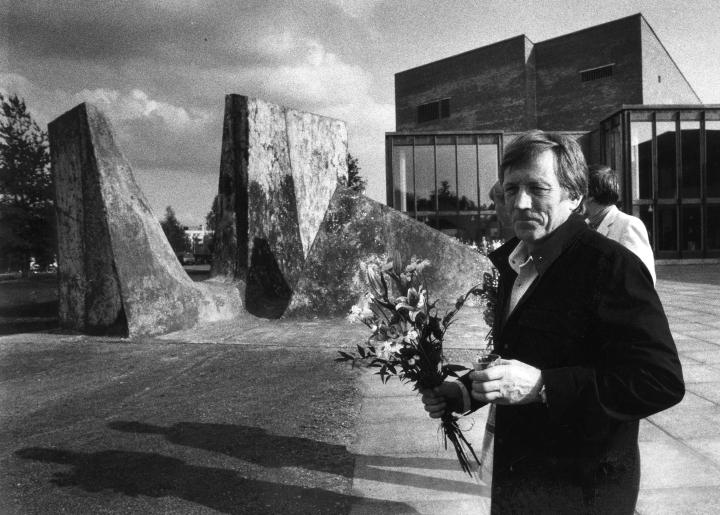 Kirjoittajien mielestä yliopistoinstituutio ei ole enää entisensä Joensuussa. Kuvassa kuvanveistäjä Kain Tapper veistämiensä Alkukivien julkistustilaisuudessa vuonna 1985.