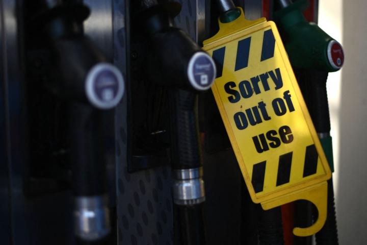 Pula säiliöautojen kuljettajista ja muista ammattikuskeista on saanut ihmiset hamstraamaan polttoainetta, minkä vuoksi maan huoltoasemia vaivaa polttoainepula. LEHTIKUVA/AFP