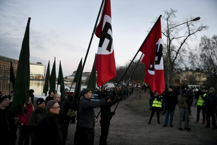Suomessa Helsingin käräjäoikeus päätti tällä viikolla, että Kohti vapautta -marssilla vuonna 2018 hakaristilippuja kantaneet eivät syyllistyneet rikokseen. LEHTIKUVA / MARTTI KAINULAINEN