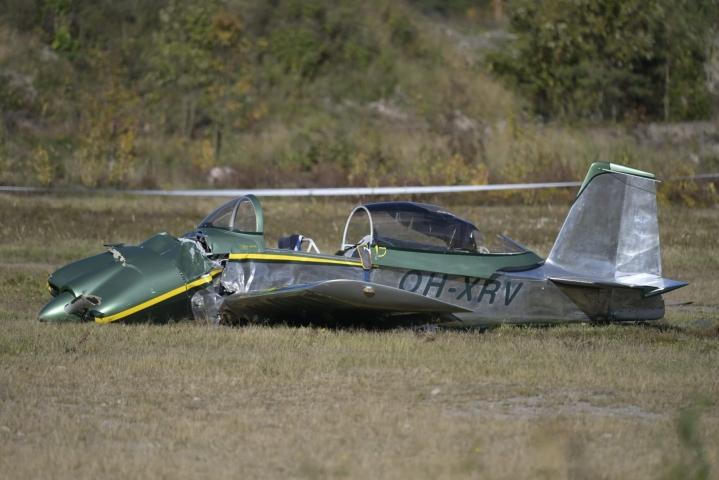 Lentäjä kuoli ja matkustaja loukkaantui pienkoneen laskun epäonnistuttua maanantaina Hyvinkään lentokentällä. LEHTIKUVA / VESA MOILANEN