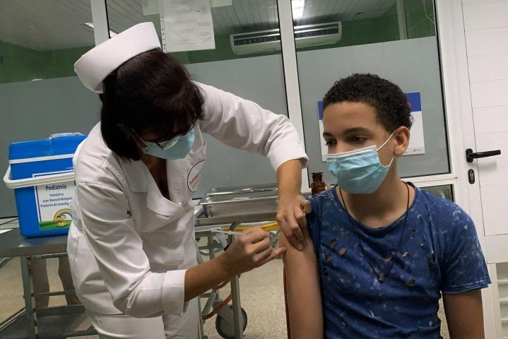Kuubassa aiotaan rokottaa 2–18-vuotiaat ennen kuin kouluissa siirrytään luokkaopetukseen lokakuussa. LEHTIKUVA/AFP