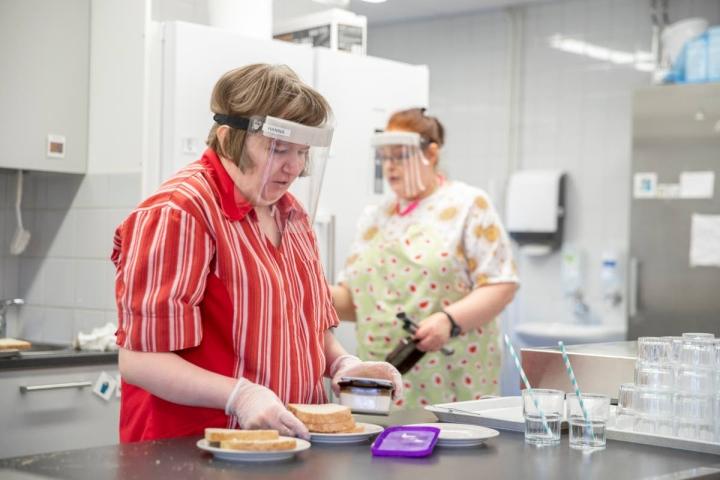 """Hanna Pesosen (vas.) työnohjaajana Utran päivätoiminnan keittiössä toimii muun muassa Anne Honkanen. """"Hanna ei paljon ohjausta ole tarvinnut"""", Honkanen kehuu."""