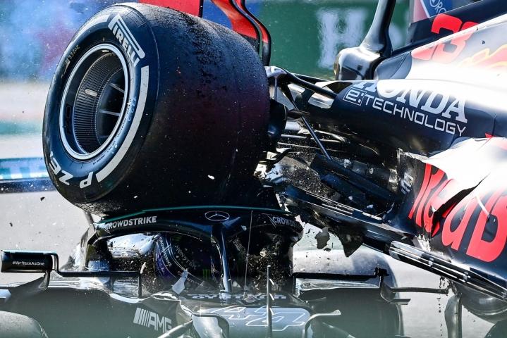 Kolarissa Verstappenin auto päätyi Hamiltonin ajokin päälle. LEHTIKUVA/AFP