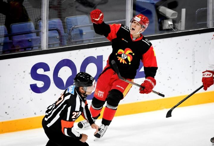 Voittomaalin 3–2 iski Jokereiden Veli-Matti Savinainen. LEHTIKUVA / Antti Aimo-Koivisto