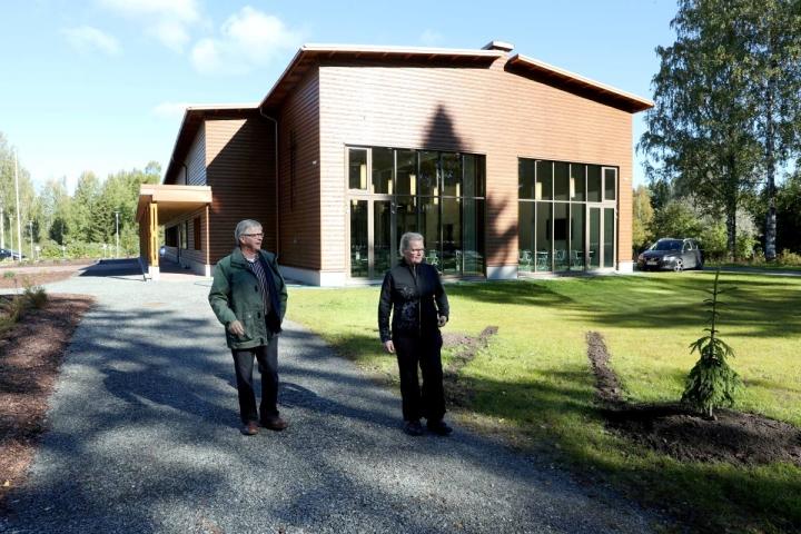Entinen seurakuntamestari Ari Räsänen ja nykyinen Jaana Suvivuo seurakuntatalon pihamaalla.
