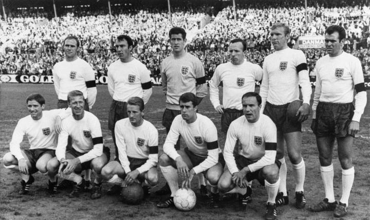 Jimmy Greaves takarivissä toinen vasemmalta Englannin vuoden 1966 maailmanmestarijoukkueen kuvassa. LEHTIKUVA / AFP / IF
