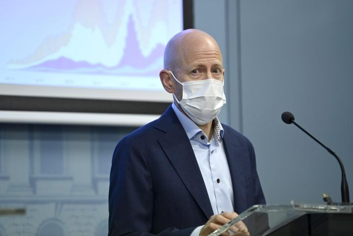 THL:n ylilääkäri Otto Helve kertoi STM:n ja THL:n tiedotustilaisuudessa, että tapausmäärät ovat hiljalleen vähentyneet jo kolmisen viikkoa. LEHTIKUVA / Emmi Korhonen