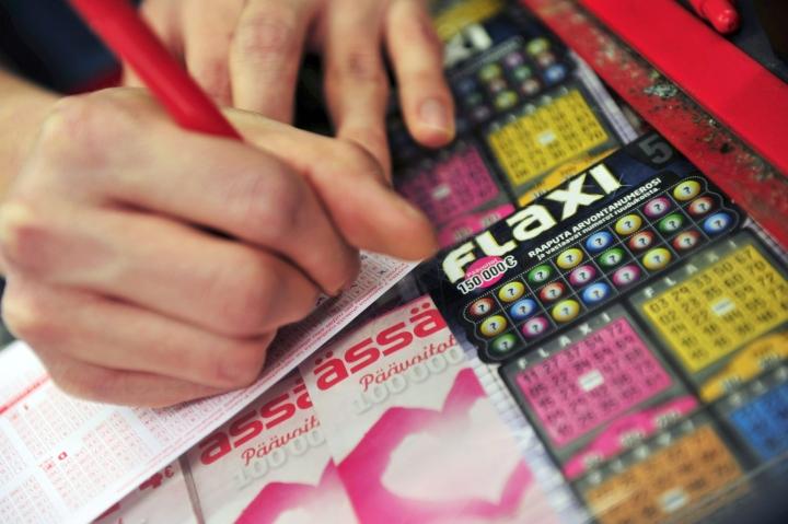 Veikkaus-pelien pelaajalta vaadittava tunnistautuminen leviää niin lottoon kuin raaputusarpoihin lähivuosien aikana. LEHTIKUVA / Emmi Tulokas