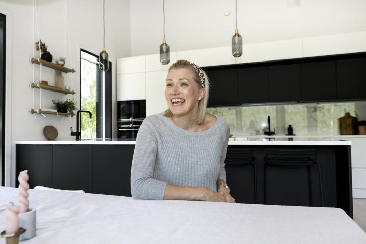 Henna Vellonen ostaa tavaraa mielellään käytettynä. Esimerkiksi ruokapöytä on kirpputoriostos. Mustavalkoinen keittiö sitoo yhteen talon sisä- ja ulkotilat.