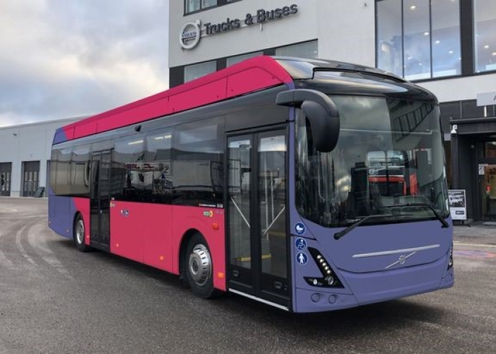 Kuvassa Volvon malliauto Joensuun väreissä.
