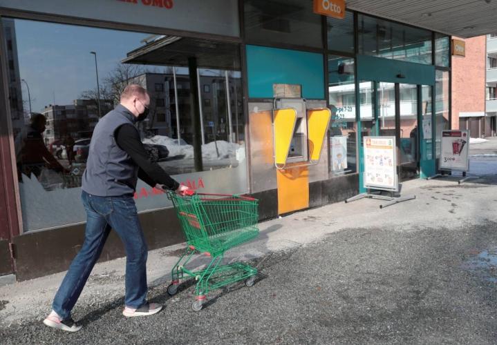Kauppias Juha Timonen Suvantokadun K-markettinsa edustalla. Arkistokuva viime keväältä.