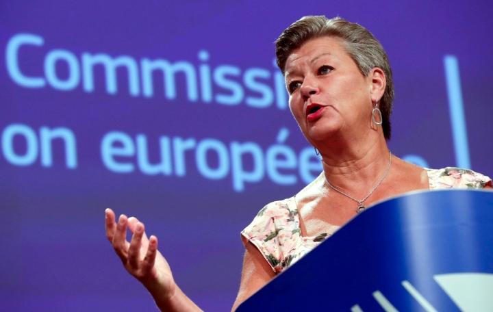 Viisumisääntöjen kiristäminen on sisäasiainkomissaari Ylva Johanssonin mukaan keino pyrkiä tukahduttamaan uudenlainen ilmiö valtion tukemasta salakuljetuksesta. LEHTIKUVA/AFP