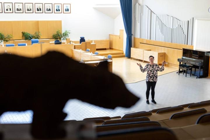 Kunnantalossa valtuustosali muuntautuu muun muassa teatterinäyttämöksi. Kunnanjohtaja Marjut Ahokas toivottelee avosylin uusia asukkaita tervetulleiksi karhuistaan tunnetuksi tulleeseen pitäjään.
