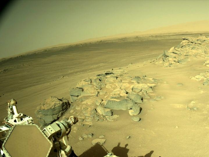 Pienestä helikopterista on tullut Perseverance-mönkijän vakituinen matkakumppani. Mönkijän ottamaa kuvaa Marsin pinnalta. Lehtikuva/AFP