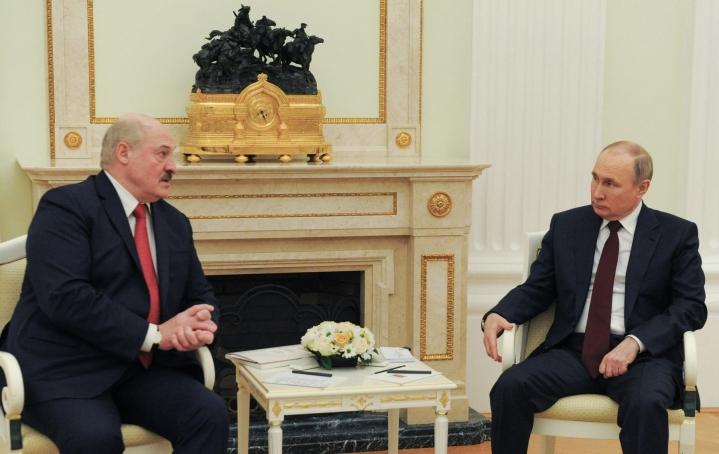 Valko-Venäjän johtaja Aljaksandr Lukashenka (kuvassa vasemmalla) ja Venäjän presidentti Vladimir Putin (kuvassa oikealla) tapaavat tänään Moskovassa. LEHTIKUVA/AFP