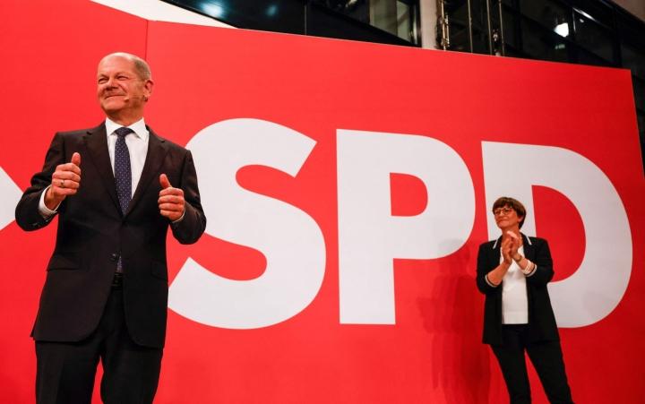Molemmat kärkiehdokkaat Merkelin seuraajaksi, SPD:n Olaf Scholz (kuvassa) ja CDU:n Armin Laschet vakuuttivat sunnuntaina saksalaisen ARD-televisiokanavan haastattelussa, että hallitus on muodostettu jouluun mennessä. LEHTIKUVA / AFP