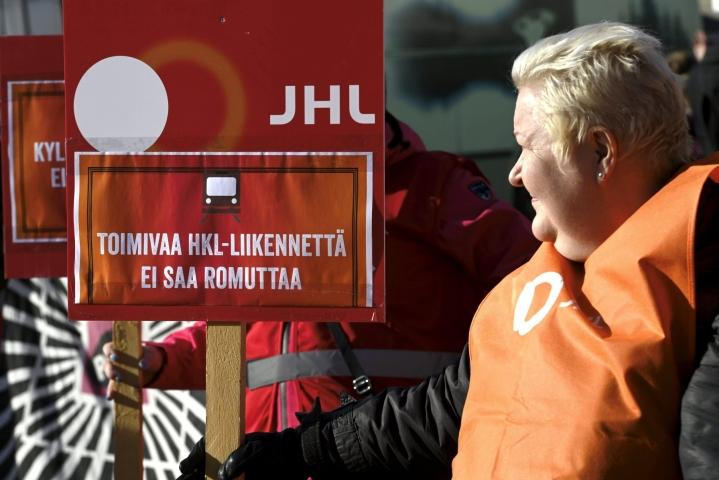 Julkisten ja hyvinvointialojen liitto (JHL) kertoo tutkivansa, onko kaupunginvaltuuston päätös Helsingin kaupungin liikenneliikelaitoksen (HKL) yhtiöittämisestä lainvastainen. LEHTIKUVA / Heikki Saukkomaa