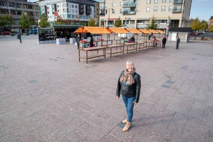 Joensuun tori on jaettu kauppapaikkaruudukoksi, jonka rajoja merkkaavat mustat laatat, kertoo kaupunkikeskustayhdistys Virran toiminnanjohtaja Katja Kolehmainen.