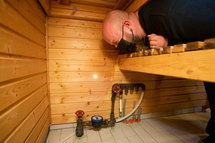 Joensuun Rantakylässä asuvan Miikka Iskalan vesimittari on lauteiden alla saunassa.