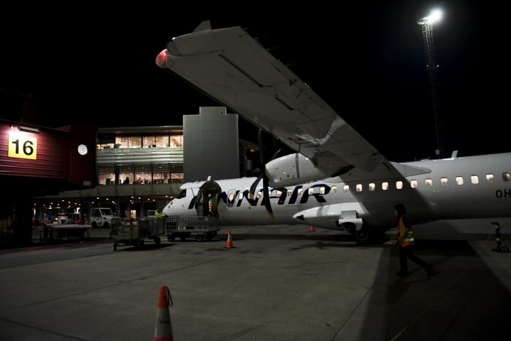 Finnairin lento AY0820 Tukholmasta Helsinkiin lentokentällä Tukholmassa myöhään illalla 5. syyskuuta. LEHTIKUVA / EMMI KORHONEN