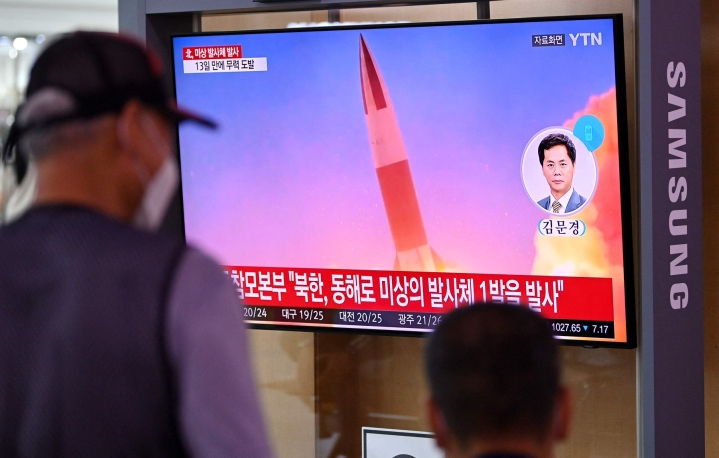 Etelä-Korean Soulissa näytettiin tiistaina tv-kuvaa Pohjois-Korean aiemmista ohjuskokeista. LEHTIKUVA / AFP
