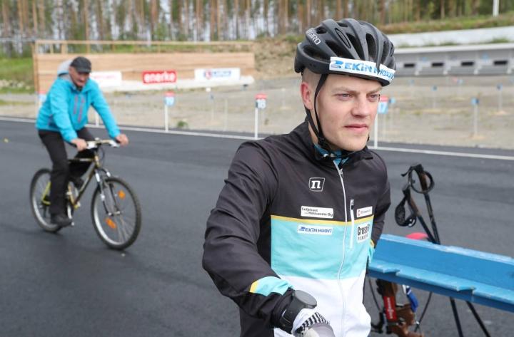 Heikki Laitinen tutussa ympäristössä Kontiolahden ampumahiihtostadionilla. Taustalla valmentaja Anatoli Hovantsev.
