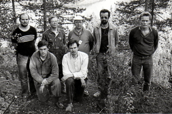 Kuhmoisten Linnavuoren kaivausryhmä kokoontui yhteiskuvaan vuonna 1984. Vasemmalta takana Teppo Vihola, Martti Porvali, Pertti Huttunen, Hannu Kilpinen ja Martti Aiha. Edessä Janne Vilkuna ja Jussi-Pekka Taavitsainen.