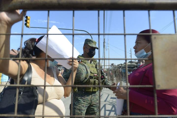 Guayaquilissa poliisin saartaman vankilan ulkopuolelle kerääntyi keskiviikkona vankien huolestuneita omaisia. LEHTIKUVA / AFP