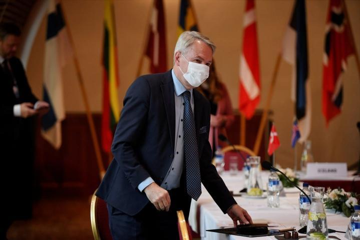 Ulkoministeri Pekka Haavisto (vihr.) sanoo HS:lle, että ulkoministeriö tekee edelleen töitä sadaakseen Afganistaniin jääneitä pois. LEHTIKUVA / Antti Aimo-Koivisto