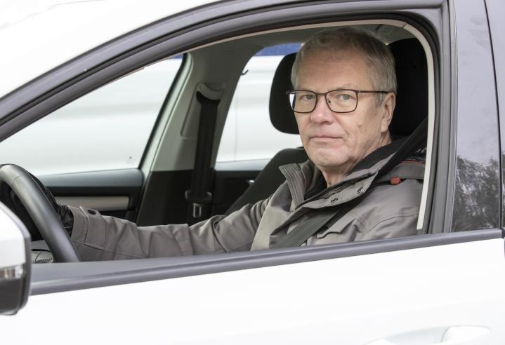 Pertti Virolaisen autoa kolhittiin Niinivaaralla. Kolhija pakeni paikalta, mutta poliisilta apua asiaan ei saa.