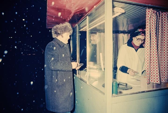 Nakkikioskit yleistyivät, kun haluttiin palvella iltaisin ja öisin myös ravintoloista palaavia asiakkaita. Kuva on 1970-luvulta.