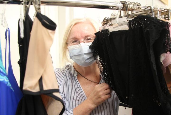 Männikön korsettiliikkeen yrittäjä Lea Qvickström on aina pitänyt alusvaatteita kiehtovina. Pienistä putiikeista löytyy yksilöllisiä tuotteita ja hyvää palvelua, jota Qvickström on halunnut itsekin antaa.