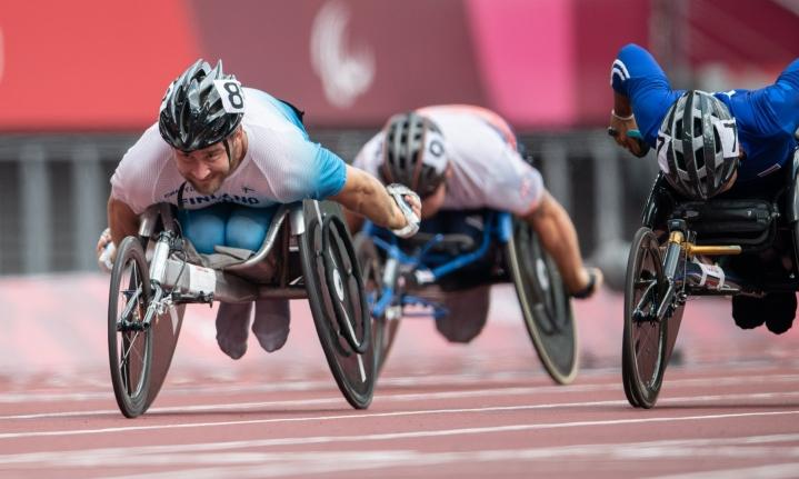 Henry Manni sijoittui viidenneksi 100 metrin finaalissa. Nyt hän jatkaa myös 800 metrin finaaliin. LEHTIKUVA / HANDOUT / HARRI KAPUSTAMÄKI / KIHU
