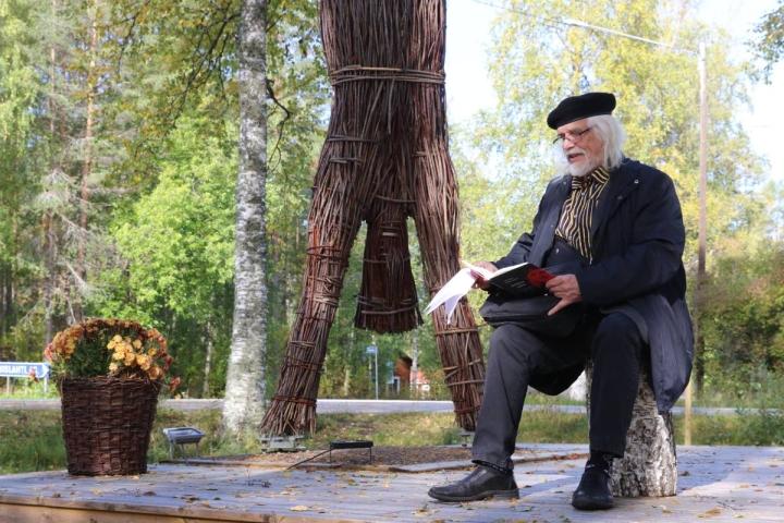 Heikki Turunen kuvattuna vuonna 2020 lukemassa Simpauttajaa Simpauttajan polun varrella.