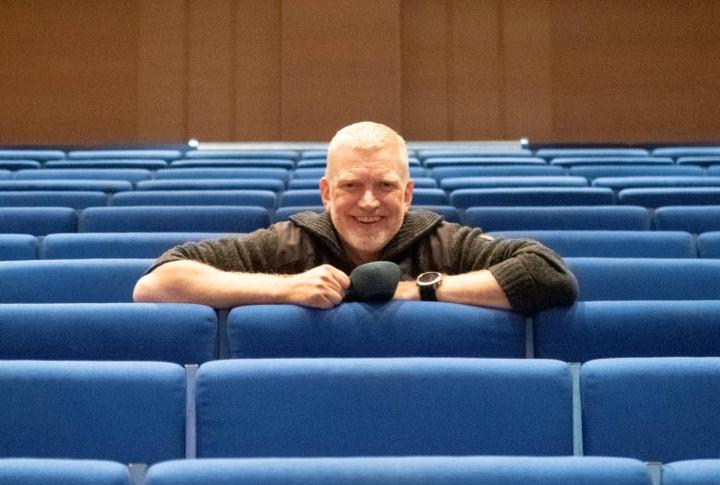 """Patrick """"Pata"""" Degerman pääsi Kontiolahdella pitkästä aikaa puhumaan yleisön eteen. Pari vuotta hän on pitänyt luentojaan etäyhteyksien välityksellä."""
