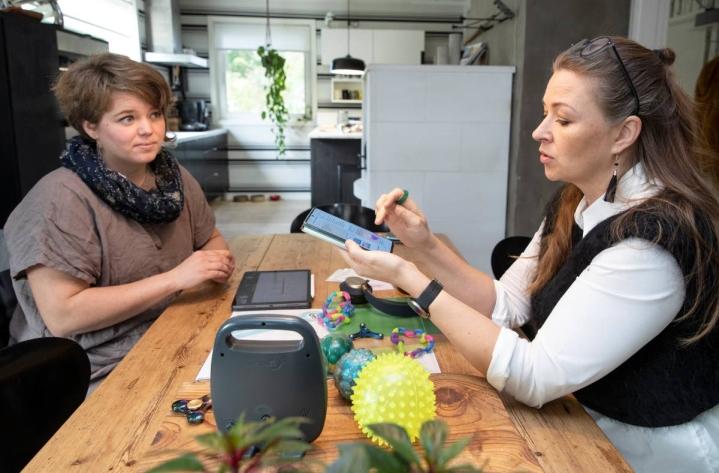 Sari Haapala ja Sallamari Siitonen kertovat, että erilaisille oppijoille on nykyään tarjolla paljon erilaisia apuvälineitä.