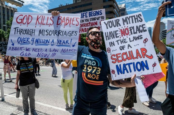 Uuteen aborttilakiin liittyvä mielenosoitus Austinissa Texasissa toukokuussa. Lehtikuva/AFP