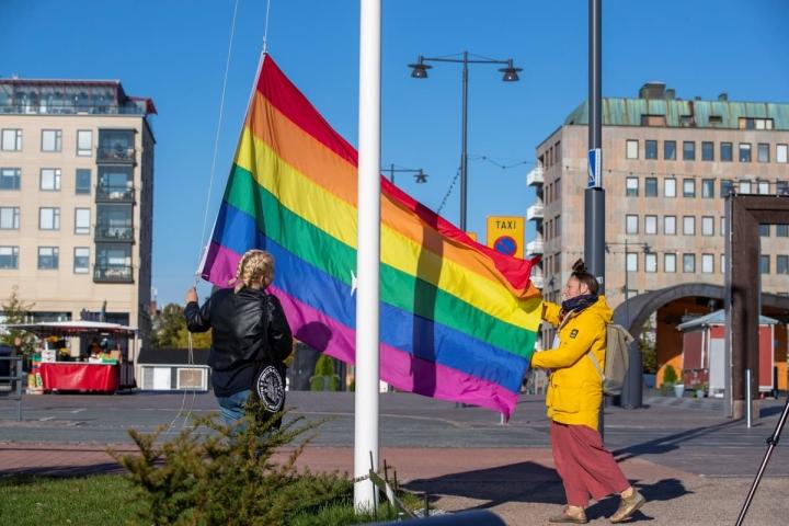 Alexandra Myagkova (vas.) ja Anni Rannikko nostivat Pride-lipun salkoon keskiviikkona.