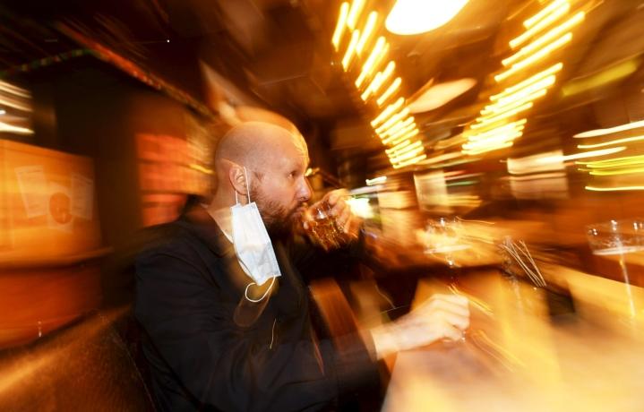 Muun muassa pääkaupunkiseudulla alkoholia saa nyt tarjoilla ravintoloissa iltayhteentoista. Lehtikuva / Vesa Moilanen
