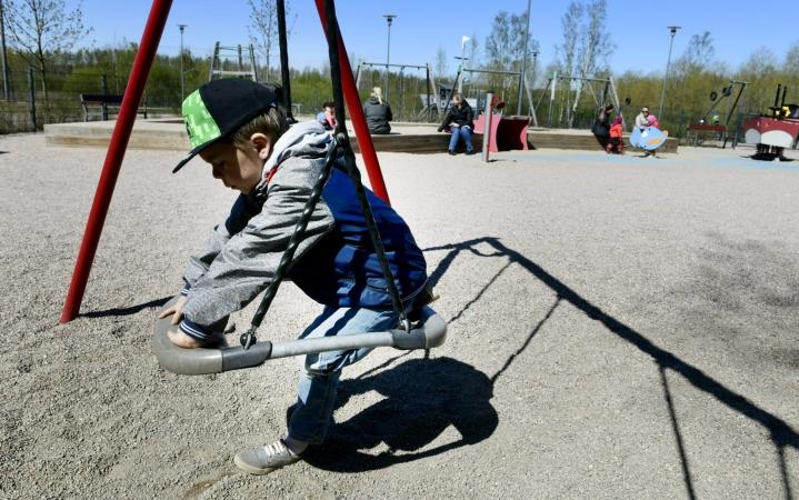 4–6-vuotiaille lapsille suositellaan kolmen tunnin liikkumista päivittäin. Tästä vähintään tunti tulisi olla reipasta ja rasittavaa liikkumista. LEHTIKUVA / Heikki Saukkomaa