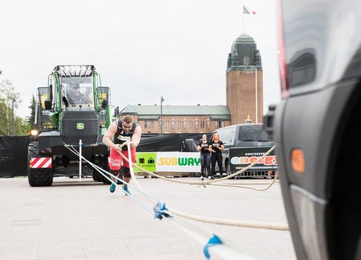 Mika Törrö tavoittelee MM-mitalia viikonloppuna Ukrainasta. Törrö vetämässä metsäkonetta Joensuun kansainvälisessä kisatapahtumassa vuonna 2020.