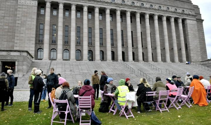 Eduskuntatalon edustalla on poliisin mukaan kymmeniä Elokapinan mielenosoittajia. LEHTIKUVA / HEIKKI SAUKKOMAA