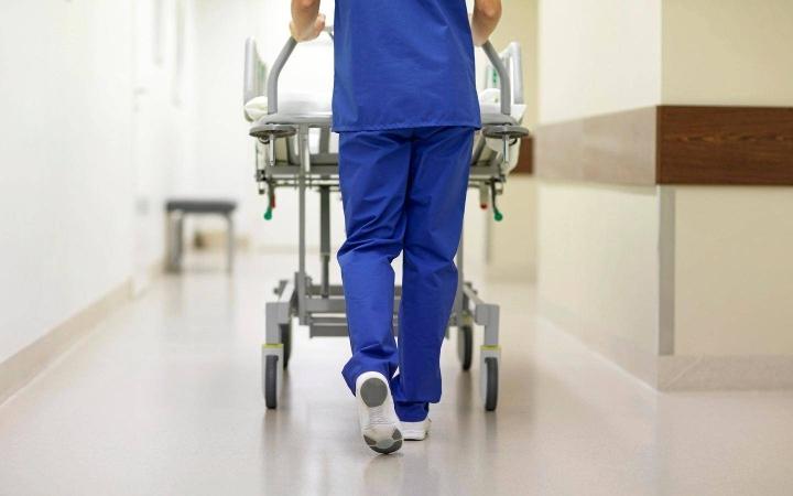 Muun muassa moni hoitaja työskentelee julkisella sektorilla.